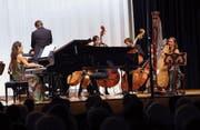Das Duo Praxedis und die Zuger Sinfonietta führten in Unterägeri Carl Rüttis «Zugersee» erstmals auf. (Bild: Werner Schelbert (5. November 2017))