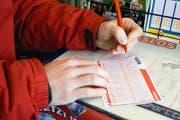 Symbolbild: Ein Mann versucht sein Glueck im Lotto. Am Samstag sind ueber 25 Millionen Schweizer Franken im Jackpot, einer der hoechsten Betraege in der Geschichte von Swiss Lotto. (Bild: Alessandro della Bella / Keystone)