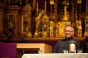 Er hat gut lachen: Wendelin Bucheli darf weiterhin Pfarrer von Bürglen bleiben. (Bild: Boris Bürgisser / Neue LZ)