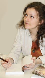 Die Krienserin Lea Cadisch (23) beim Visieren ihres ersten Buches. (Bild: PD)