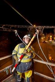 Ein Arbeiter beim Einbau einer Fahrleitung. (Bild: PD)