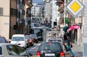 Die Verkehrsplanung ist eines der Themen des neuen Raumordnungkonzeptes. Im Bild staut sich der Verkehr entlang der Neugasse in der Stadt Zug. (Bild: Archiv / Stefan Kaiser)