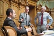 Gute Laune bei der FDP: Ignazio Cassis (Mitte) mit seinen Parteikollegen Christian Wasserfallen (links) und Kurt Fluri gestern im Nationalratssaal. (Bild: Anthony Anex/Keystone)