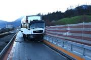 Der Lastwagen kollidierte bei Buochs mit der Autobahnleitplanke. (Bild: PD)