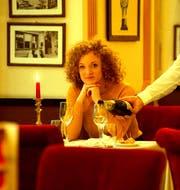 Nach einem Jahr mit 50 Dates: Yvonne Eisenring sieht die Liebe entspannt, hier beim Interview im Café de Ville am Schwanenplatz. (Bild: Dominik Wunderli)