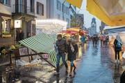 Verbogene Schirme und weggewehte Gegenstände: Die Chilbigänger haben Wind und Wetter getrotzt. (Bild: Christian H. Hildebrand (Baar, 12. November 2017))
