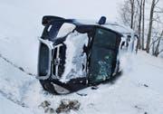 Der Honda des Polen blieb nach dem Abrutschen auf der Seite liegen. (Bild: Luzerner Polizei)