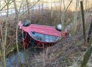 Das Unfallauto blieb auf der Seite im Sandbach liegen. (Bild: ild: Luzerner Polizei (Ballwil, 8. März 2018))