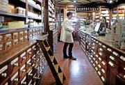 Ein Grossteil der rezeptfreien Medikamente wird in Apotheken verkauft. Im Bild die Alte Suidtersche Apotheke in Luzern. (Bild Nadia Schärli)