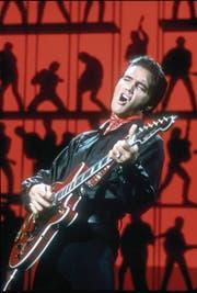 Er begeisterte die Menschen auf der ganzen Welt: Elvis Presley, der «King of Rock 'n' Roll». Doch sein Ende war nicht glamourös. Mit 42 Jahren starb er auf der Toilette seines Anwesens an den Folgen seiner Medikamentensucht. (Bild: Michael Ochs/Getty (Burbank, 27. Juni 1968))
