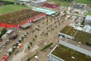 Am 23. August 2005 schwappte die Kleine Emme über die Ufer. Wasser und Schlamm drang ins Industriegebiet Littauerboden (auf dem Bild der Parkplatz des Baumarkts Hornbach). (Archivbild: Michael Buholzer/LZ, Luzern/Littau, 23. August 2005)