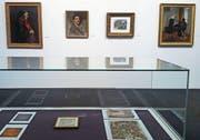 Neben einer repräsentativen Auswahl an Dill-Bildern sind in Vitrinen weitere Exponate aus dem Leben und Schaffen des Zuger Künstlers zu sehen.