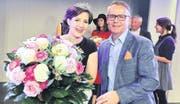 Sie kann ihr Glück kaum fassen: Patricia Zürcher ist «Charmante Zugerin 2016». Zu den ersten Gratulanten gehört René Wicky als Vertreter des Hauptsponsors, der Amag Zug. Patricia Zürcher darf nun ein Jahr lang einen Seat Ibiza fahren. (Bild: Daniel Frischherz)