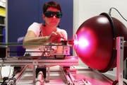 Die Altdorfer Alplight AG entwickelt Hochpräzisionslaser für die Medizinalbranche. Das Bild zeigt Mitarbeiterin Brigitte Aschwanden bei der Qualitätskontrolle von Zubehörteilen. (Bild: Manuela Jans / Neue LZ)