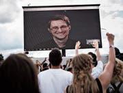 Edward Snowden spricht zum Publikum des Roskilde-Festivals in Dänemark. (Bild: Mathias Loevgreen Bojesen/EPA (Roskilde, 28. Juni 2016))