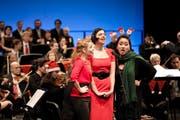 Theater-Chor und LSO boten eine Weihnachtslied-Revue. Vorne: Simone Stock, Marie-Luise Dressen und Eunkyong Lim mit witziger Santa-Claus-Einlage. (Bild: Manuela Jans-Koch)