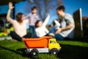 Vanessa und Miriam beim Spielen mit ihren Kindern im Garten der Familie. (Bild: Philipp Schmidli (6. April 2018))