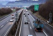 Viel Verkehr auf der Autobahn A4, im Bild die Verzweigung Rütihof. (Bild Werner Schelbert/Neue ZZ)