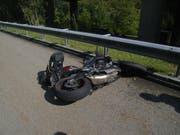 Das Motorrad ist nach der Kollision beschädigt. (Bild: Kantonspolizei Uri (24. September 2017))