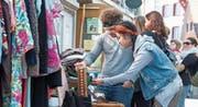 Am Flohmarkt der Jugendanimation Zug gab es alles Erdenkliche zu entdecken. Auch Benjamin Hermann und Thy Truong sind gekommen, um zu stöbern. (Bild: Maria Schmid (Zug, 1. April 2017))