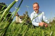 Viktor Bienz auf seinem Grundstück. (Bild Corinne Glanzmann/Neue LZ)