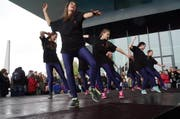 Eine der Tanzgruppen vor dem KKL in Luzern tanzte am Samstag im Rahmen der Kampagne «Luzern tanzt». (Bild: Kanton Luzern)
