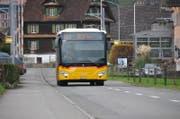 Ein Postauto fährt auf der Wilstrasse in Oberdorf nach Büren. (Bild: Matthias Piazza (Oberdorf, 7. November 2017))