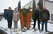 Bei Schneegestöber durfte der Präsident des Historischen Vereins Uri, Matthias Halter (rechts), von Rita und Beat Gisler als Geschenk die vom Flüeler Jost Aregger (Zweiter von rechts) geschaffene Stierskulptur in die Obhut des Museums nehmen. (Bild: Rolf Gisler-Jauch (Altdorf, 16. Dezember 2017))