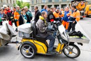 Mitarbeiter des öffentlichen Dienstes weibeln mit einer Aktion vor dem Bundeshaus in Bern für ein Nein zur Vorlage Pro Service public. Die Aufnahme stammt vom 17. Mai 2016. (Bild: Keystone / Lukas Lehmann)