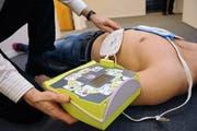 Bei einem Notfall muss ein Defibrillator schnell eingesetzt werden. (Archivbild Corinne Glanzmann)