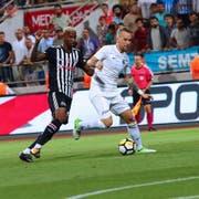 Markus Neumayr (rechts) im Zweikampf mit Anderson Talisca von Besiktas Istanbul. (Bild: PD)