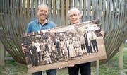 Die Nachbarschaft ist im Bilde: Albert Albisser (links) und Ueli Meyer mit einer ihrer Fotografien (Bild: Corinne Glanzmann (Geuensee, 24. Mai 2017))