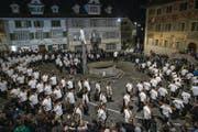Greifler und Plöder vertreiben mit Schellen, Trychle und Geiseln die bösen Geiser auf dem Hauptplatz in Schwyz. (Bild: Manuela Jans-Koch | LZ)