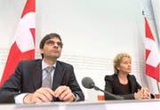 Bundesrätin Eveline Widmer-Schlumpf und Aymo Brunetti informierten im Sommer 2013 in Bern über die Beschlüsse des Bundesrates betreffend automatischem Informationsaustausch. (Bild: Keystone/Lukas Lehmann)