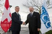 Der Generalsekretär der OSZE Lamberto Zannier (rechts) trifft Bundesrat Didier Burkhalter bei einem Arbeitsbesuch im November 2013 in Neuchâtel. (Bild: Keystone / Sandro Campardo)