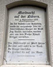 Am Weg zur Löberen berichtet eine Inschrift auf der alten Steintafel von einem Massaker, das vor Hunderten Jahren in Zug stattgefunden haben soll.