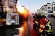 Ein Lastwagen, beladen mit Benzin, Heizöl und Schweinen, ist beim Mandelhof in Brand geraten. (Bild Stefan Kaiser)