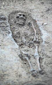 Archäologen sichern in Schötz Spuren der früheren Kapelle St. Johannes samt Friedhof. Die gefundenen Gräben (unten links) zeugen von einstigen Kapellenmauern. (Bilder: Pius Amrein (13. Dezember 2017))