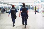 Die Polizei soll gegen potenzielle Terroristen Massnahmen wie Ausreisesperren oder Hausarreste ergreifen können. (Bild: Ennio Leanza/Keystone (Kloten, 22. März 2016))