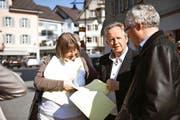 Die beiden Kantonsräte Monika Brunner und Klaus Wallimann (rechts) analysieren am Wahlsonntag Resultate zusammen mit ihrem CVP-Co-Präsidenten Bruno von Rotz. (Bild: Corinne Glanzmann / Neue OZ)