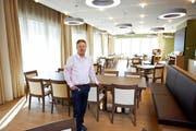Heimleiter Daniel Moser im Speisesaal des neuen privaten Alterszentrums in Ebikon. Die Eröffnung ist für die nächste Woche angekündigt. (Bild Manuela Jans)