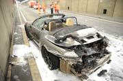 Das ausgebrannte Auto im Gotthard-Strassentunnel. (Bild: Kantonspolizei Uri)