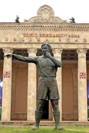 Tofik-Bachramow-Statue vor dem gleichnamigen Stadion in Baku: Sein rechter Zeigefinger zeigt symbolisch zur Mittellinie. (Bild: Getty/Lars Baron)