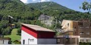 So soll die Talstation in Lungern aussehen, links im Bild eine Visualisierung der neuen Luftseilbahn, rechts neue Mietwohnungen. (Bild: PD)