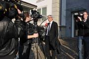 Rechtsanwalt Karl Tschopp steht den Medien nach einem Prozess Red und Antwort. (Bild: Corinne Glanzmann)