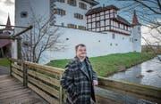 OK-Präsident Bruno Steffen vor dem Wasserschloss Wyher in Ettiswil, dem neuen Austragungsort des Festivals. (Bild: Pius Amrein (3. Januar 2018))