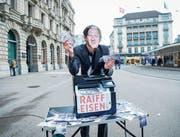 Ein Aktivist mit einer Pierin-Vincenz-Maske an einer Aktion zum Fall Vincenz auf dem Paradeplatz in Zürich. (Bild: Melanie Duchene/Keystone (Zürich, 15. März 2018))