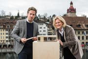 Intendant Benedikt von Peter und die neue Stiftungsratspräsidentin Birgit Aufterbeck Sieber mit der «Box», die neben der Jesuitenkirche gebaut wird. (Bild: Luzerner Theater / Ingo Höhn)