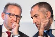 Silvio Napoli (rechts) Schindler CEO, und Erich Ammann, Schindler CFO, geben an der Bilanzmedienkonferenz in Luzern die Zahlen fürs 2014 bekannt. (Bild: Keystone)