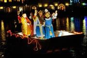 Bruder Fritschi und Gefolge besteigen um 23 Uhr vor der Jesuitenkirche Luzern ein Boot und verlassen Luzern und die Fasnacht. (Bild: Boris Bürgisser / Neue LZ)